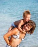 愉快的母亲儿子水 免版税库存图片
