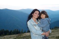 愉快的母亲和儿子山的 免版税库存图片