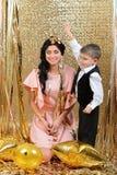 愉快的母亲和儿子投掷的金蛇纹石 免版税库存图片
