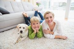 愉快的母亲和儿子有小狗的 图库摄影