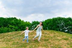 愉快的母亲和儿子赛跑 免版税库存图片