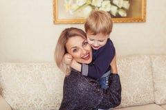 愉快的母亲和儿子 免版税库存照片