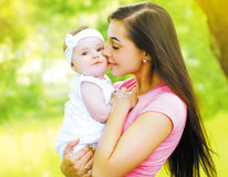愉快的母亲和儿童夏天 库存图片
