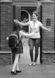 愉快的母亲和女儿会议的黑白图象以后 免版税库存照片