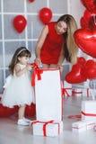 愉快的母亲和女儿在华伦泰` s天解析礼物 免版税库存照片