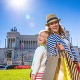 愉快的母亲和女儿旅行家在罗马,意大利顾客 库存照片