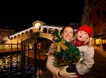 愉快的母亲和女儿有圣诞树的在威尼斯,意大利 库存图片