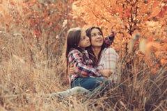 愉快的母亲和女儿步行的在夏天调遣 家庭室外消费的假期,生活方式捕获 库存图片