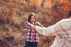 愉快的母亲和女儿步行的在夏天调遣 家庭室外消费的假期,生活方式捕获 库存照片