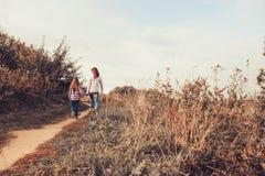 愉快的母亲和女儿步行的在夏天调遣 家庭室外消费的假期 免版税库存图片