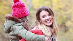 愉快的母亲和女儿步行的在秋天天 股票录像