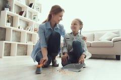 愉快的母亲和女儿清洁议院一起 库存图片