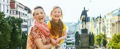 愉快的母亲和女儿游人在布拉格捷克 免版税库存照片