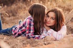 愉快的母亲和女儿舒适步行的在晴朗的领域 免版税库存照片