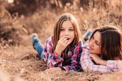 愉快的母亲和女儿舒适步行的在晴朗的领域 库存图片