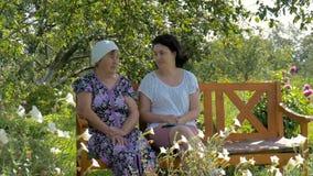 愉快的母亲和女儿谈话 股票视频
