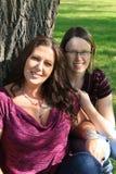 愉快的母亲和女儿 免版税库存图片