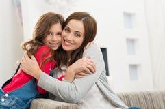 愉快的母亲和女儿 免版税库存照片