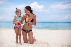 愉快的母亲和她可爱的矮小的女儿与 免版税图库摄影