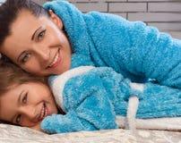 愉快的母亲和她的女儿 库存照片