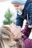 年轻愉快的母亲和她的小男婴在冷的秋天天 库存图片