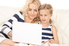 愉快的母亲和孩子有便携式计算机的 图库摄影