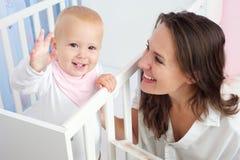 愉快的母亲和孩子有愉快的表示的在面孔 免版税库存图片