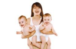 愉快的母亲和孪生婴孩 库存照片