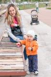 愉快的母亲和小使用在公园的男婴 库存图片