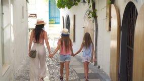愉快的母亲和小可爱的女孩在舒适街道上在意大利假期时 股票录像