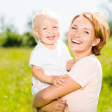 愉快的母亲和小孩儿子室外画象 免版税库存照片