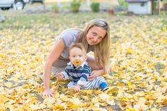 愉快的母亲和小男婴 免版税库存图片