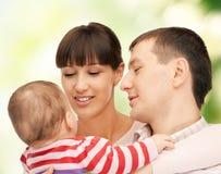 愉快的母亲和父亲有可爱的婴孩的 库存照片