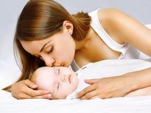 愉快的母亲和睡觉的婴孩 免版税库存照片