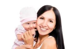年轻愉快的母亲和逗人喜爱的女儿画象  免版税图库摄影