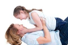 愉快的母亲和年轻女儿画象  库存照片