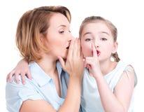 愉快的母亲和年轻女儿画象  免版税库存图片