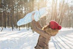 愉快的母亲和婴孩在冬天公园 户外系列 有她的孩子的快乐的妈妈 免版税图库摄影