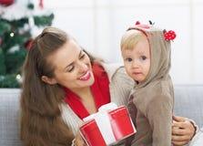 愉快的母亲和婴孩消费圣诞节一起计时 免版税图库摄影