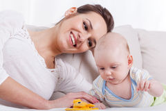 愉快的母亲和婴孩 库存照片
