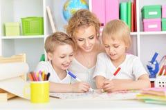 愉快的母亲图画画象与三个儿子的 免版税库存照片
