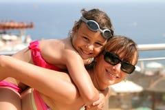 愉快的母亲妈妈和孩子海上 免版税库存图片