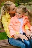 愉快的母亲拥抱室外她的女儿 图库摄影