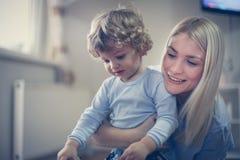愉快的母亲有与孩子的戏剧 在活动中 库存照片