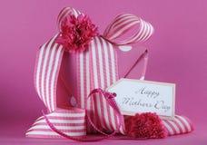 愉快的母亲节桃红色圆点和条纹丝带礼物 库存照片