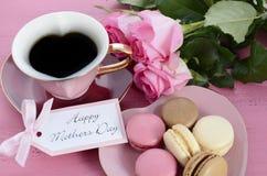 愉快的母亲节桃红色玫瑰和心脏形状茶杯 库存照片