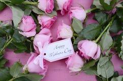 愉快的母亲节桃红色玫瑰和茶 免版税库存图片