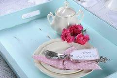 愉快的母亲节水色蓝色早餐早晨茶葡萄酒减速火箭的破旧的别致的盘子设置 免版税库存照片