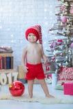 愉快的母亲画象和可爱的婴孩庆祝圣诞节 新年` s假日 有妈妈的小孩欢乐地装饰的r的 库存照片