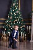 愉快的母亲画象和可爱的婴孩庆祝圣诞节 新年` s假日 有妈妈的小孩欢乐地装饰的r的 免版税库存图片